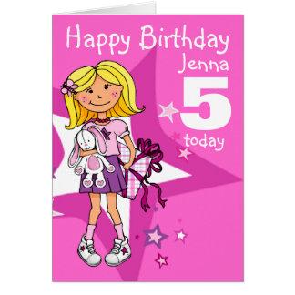 El chica del feliz cumpleaños personaliza la tarjeta de felicitación