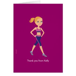 El chica del instructor de la aptitud le agradece  tarjeta pequeña