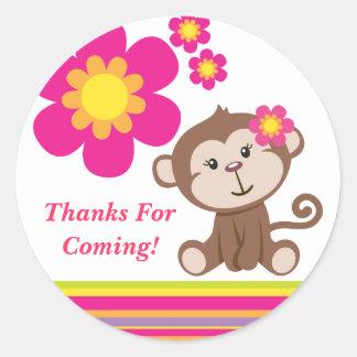 El chica del mono (rosa) le agradece pegatina