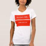 El chica delicado, dirige con cuidado camisetas