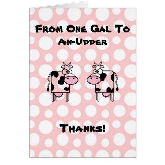 El chica divertido al animal de la vaca del dibujo tarjeta de felicitación
