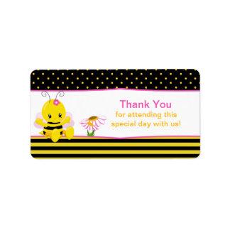 El chica dulce de la abeja del bebé le agradece etiquetas de dirección