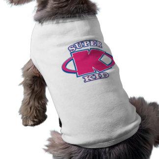 El chica estupendo del niño persigue la camiseta ropa de mascota