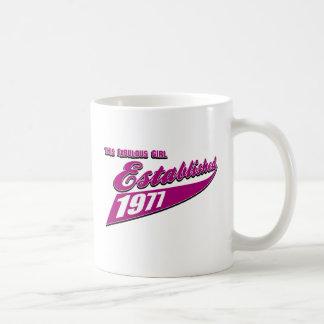 El chica fabuloso estableció 1977 taza básica blanca