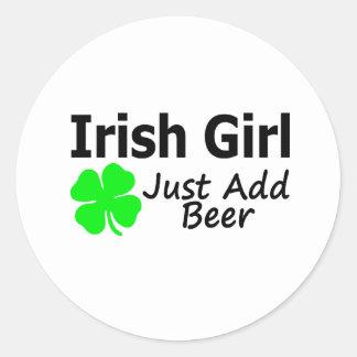 El chica irlandés apenas añade la cerveza pegatinas redondas