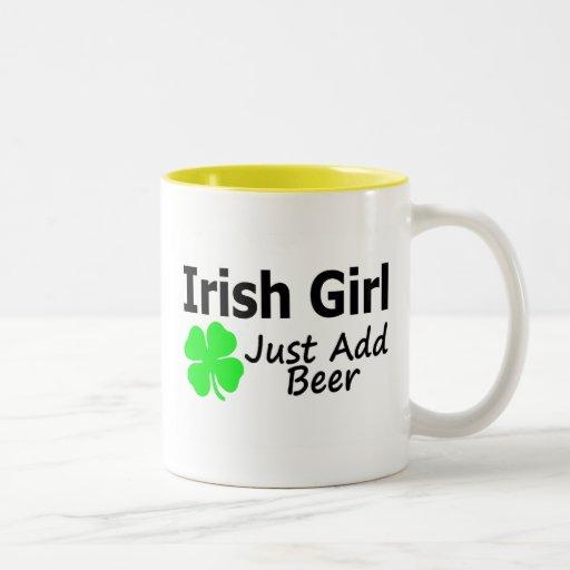 El chica irlandés apenas añade la cerveza taza de café