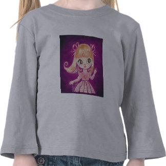 El chica observado grande con el pelo anaranjado y camiseta