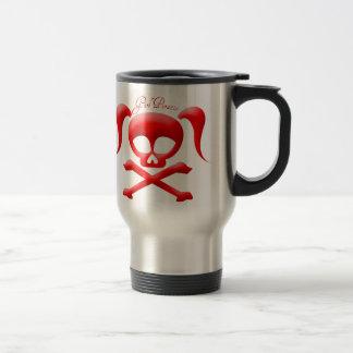El chica piratea la taza reutilizable del viaje