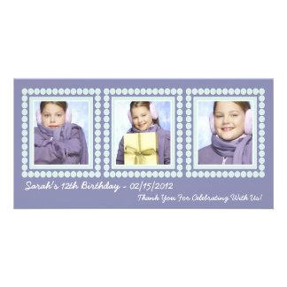 El chica púrpura del cumpleaños le agradece las ta tarjetas fotográficas