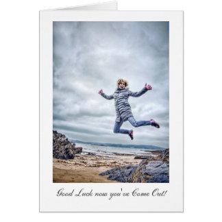El chica que salta para la alegría - suerte con sa felicitación
