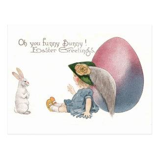 El chica que se inclina en el huevo de Pascua espí