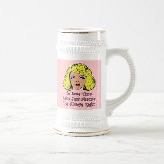 El chica rubio del encanto ahorra el tiempo siempr tazas de café