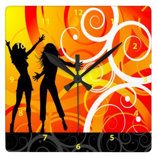 El chica siluetea el baile en el fondo de remolino reloj cuadrado