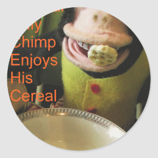 El chimpancé alegre musical goza de su cereal pegatinas