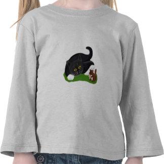 El Chipmunk sostiene un cacahuete mientras que el Camisetas