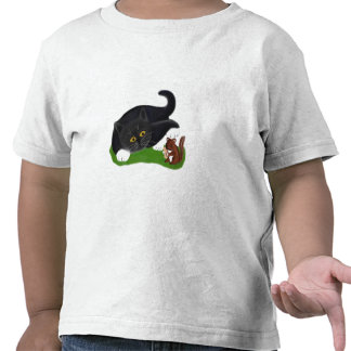 El Chipmunk sostiene un cacahuete mientras que el Camiseta