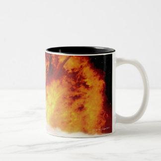 El chocar asteroide con tierra taza de café