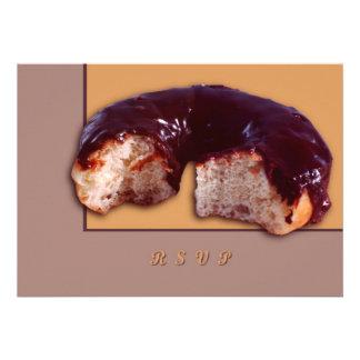 El chocolate cubrió el buñuelo invitacion personalizada