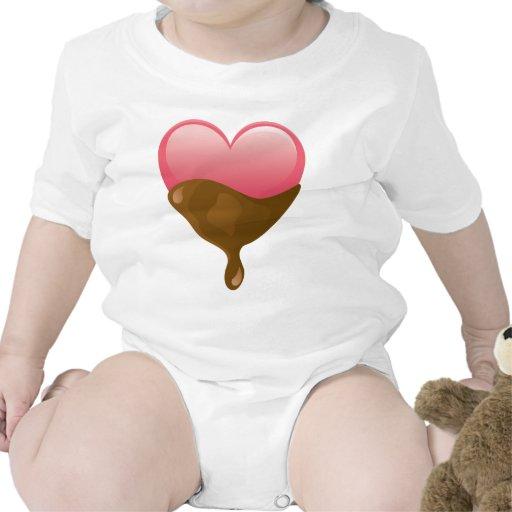 El chocolate cubrió el corazón rosado del el día traje de bebé