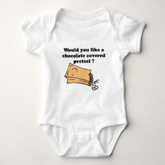 el chocolate cubrió los pretzeles camisas