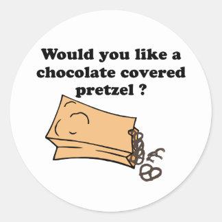 el chocolate cubrió los pretzeles pegatina redonda