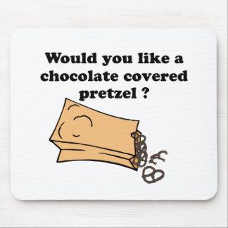 el chocolate cubrió los pretzeles tapetes de ratón