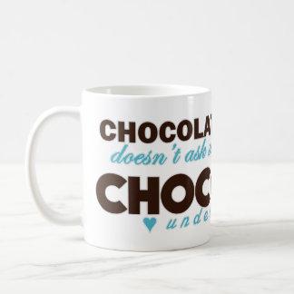 El chocolate entiende [el azul] taza