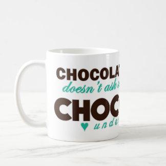 El chocolate entiende la turquesa taza de café
