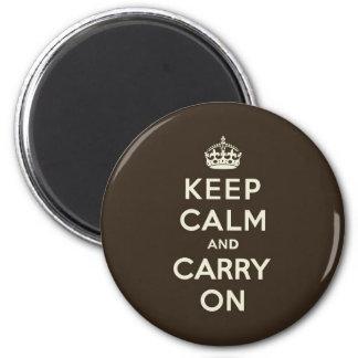 El chocolate oscuro guarda calma y continúa imán redondo 5 cm