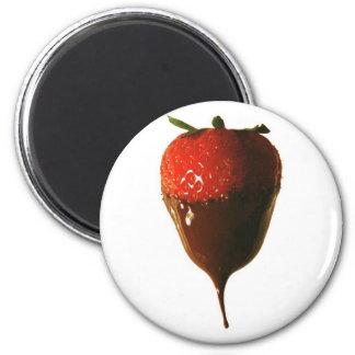 El chocolate sumergió la fresa imán redondo 5 cm