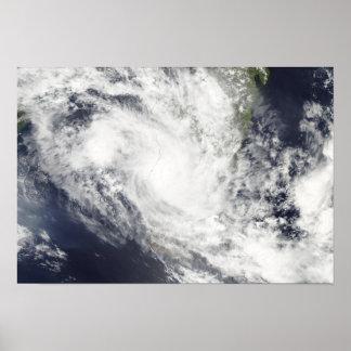 El ciclón tropical Fami asoma sobre Madagascar Póster