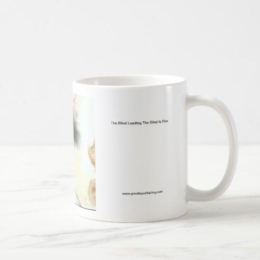 El ciego llevando las persianas está muy bien taza de café