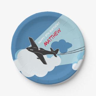 El cielo azul del aeroplano se nubla las placas de platos de papel
