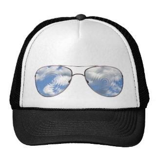 El cielo azul sombrea el gorra