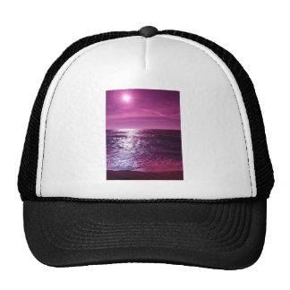 El cielo brilla púrpura gorras