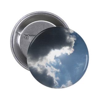 El cielo con las nubes y el sol de cumulonimbus de pin redondo 5 cm