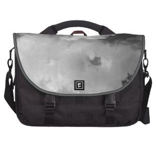 El cielo crepuscular de la tarde se nubla el bolso bolsa de ordenador