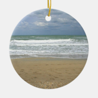 El cielo de la arena del océano se descoloró fondo adorno navideño redondo de cerámica