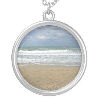 El cielo de la arena del océano se descoloró fondo colgante redondo