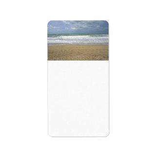 El cielo de la arena del océano se descoloró fondo etiqueta de dirección