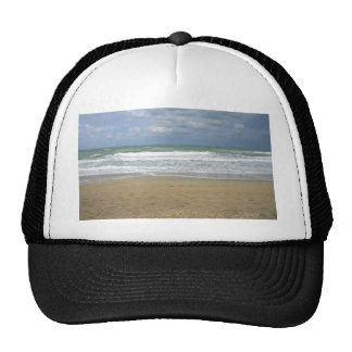 El cielo de la arena del océano se descoloró fondo gorras de camionero