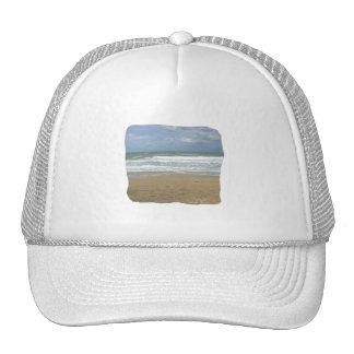 El cielo de la arena del océano se descoloró fondo gorras
