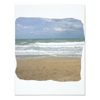 El cielo de la arena del océano se descoloró fondo invitacion personal