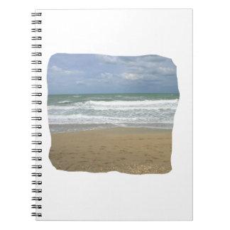 El cielo de la arena del océano se descoloró fondo libro de apuntes con espiral