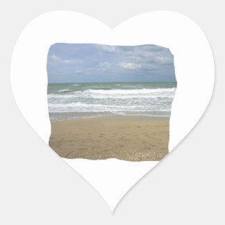 El cielo de la arena del océano se descoloró fondo pegatina de corazon personalizadas