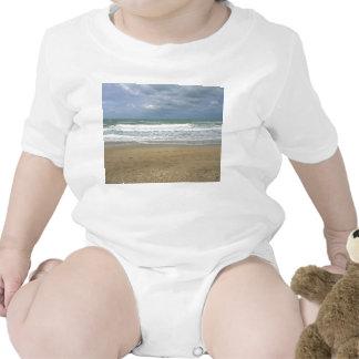 El cielo de la arena del océano se descoloró fondo trajes de bebé