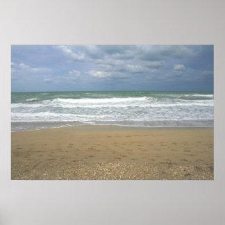 El cielo de la arena del océano se descoloró fondo póster