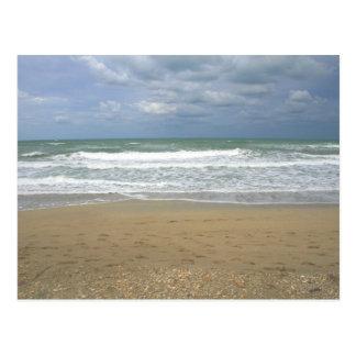 El cielo de la arena del océano se descoloró fondo tarjeta postal