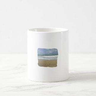 El cielo de la arena del océano se descoloró fondo tazas de café