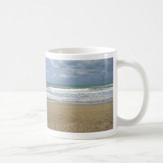 El cielo de la arena del océano se descoloró fondo tazas